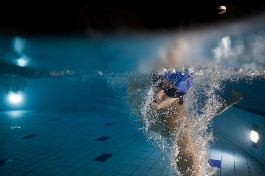 Nauka pływania wbasenie.